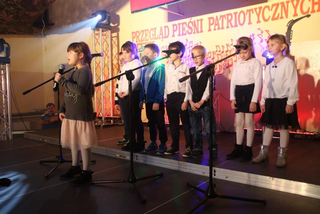 Uczniowie śpiewają pieśni patriotyczne