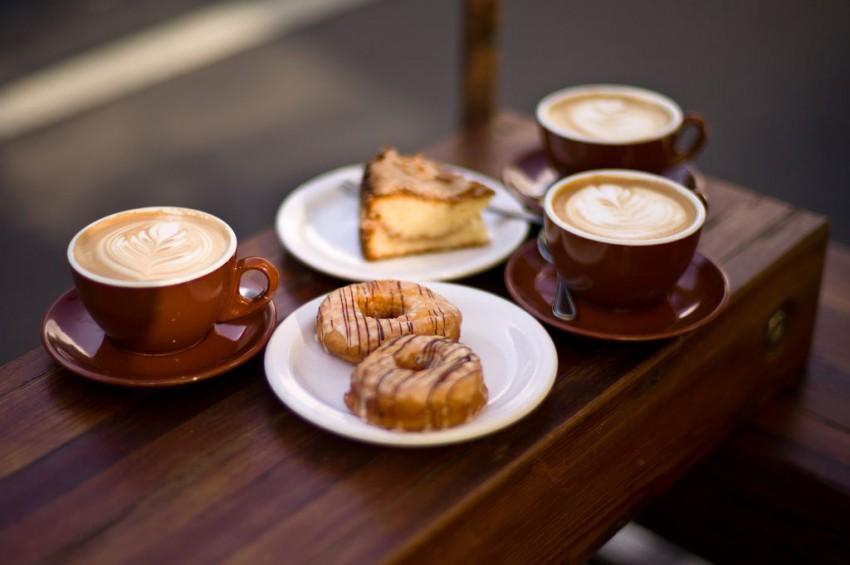 Przez kofeinę kawa zwiększa ochotę na słodycze