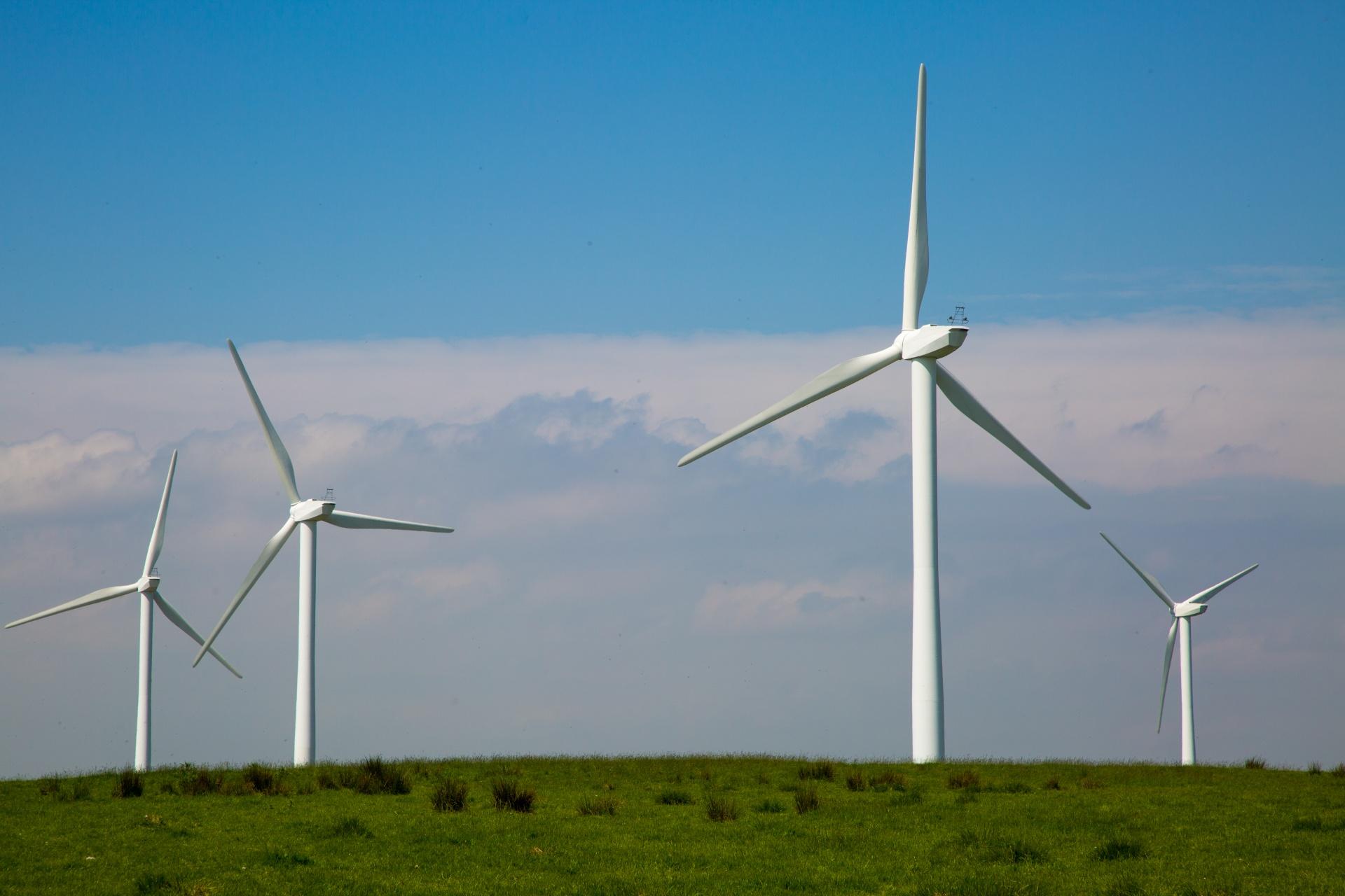 Energetyka wiatrowa niemal o połowę tańsza od atomowej